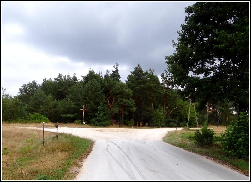 krzyż na końcu Grabownicy -droga w lewo przez las prowadzi do Eustachowa -w prawo prowadzi na Rosochy