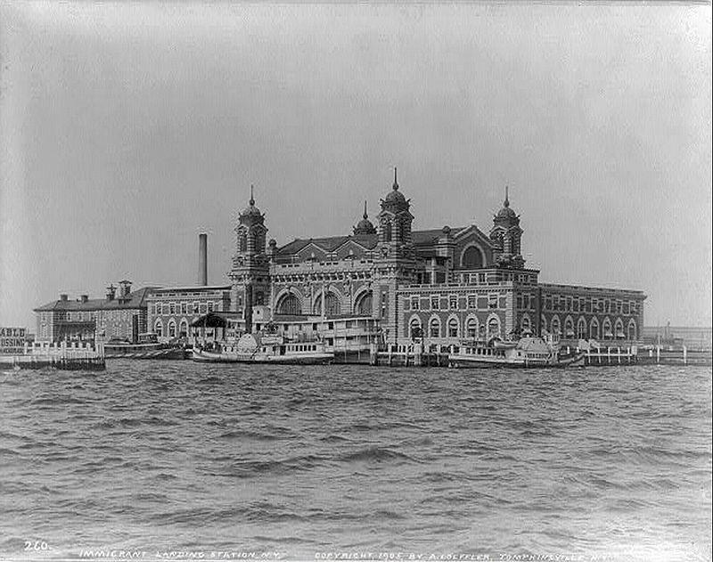 800px-Ellis_Island_in_1905