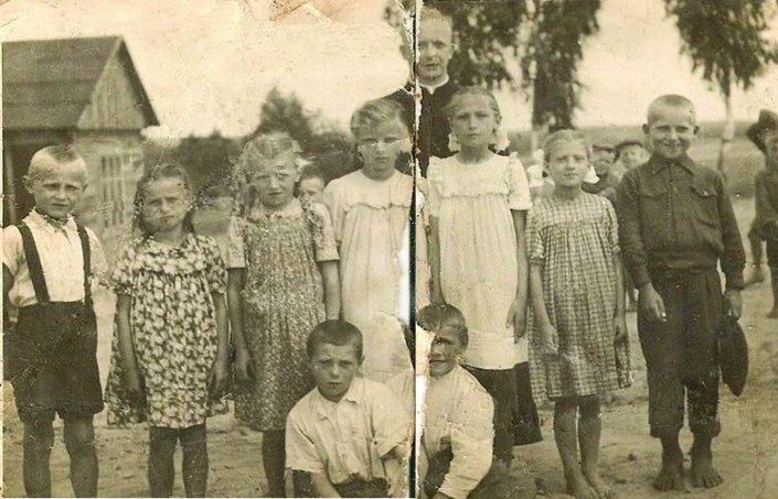 dzieci z Grabownicy z ksiedzem Chatem po srodku ok 1955